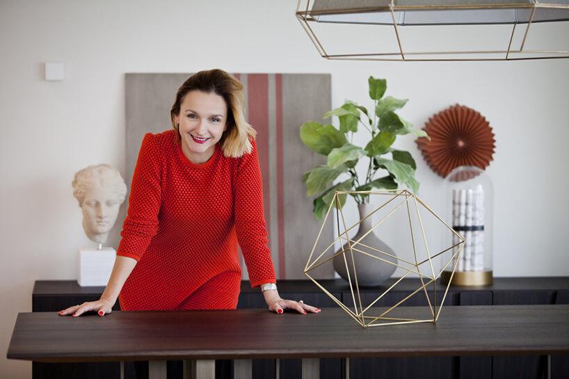 zdjęcie kobiety projektantki Aliny Badory wczerwonej sukience