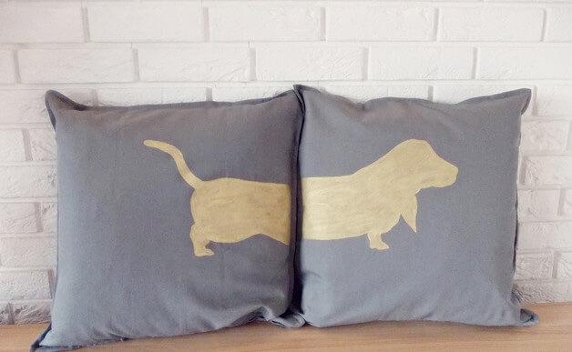 złoty jamnik na szarej poduszce