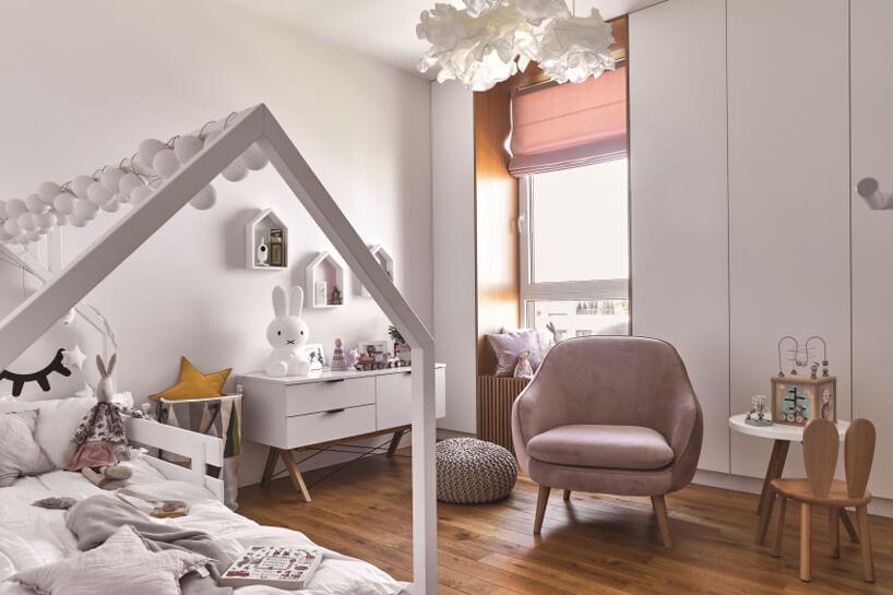 biały pokój dla dziewczynki zakcentami zkrólikiem