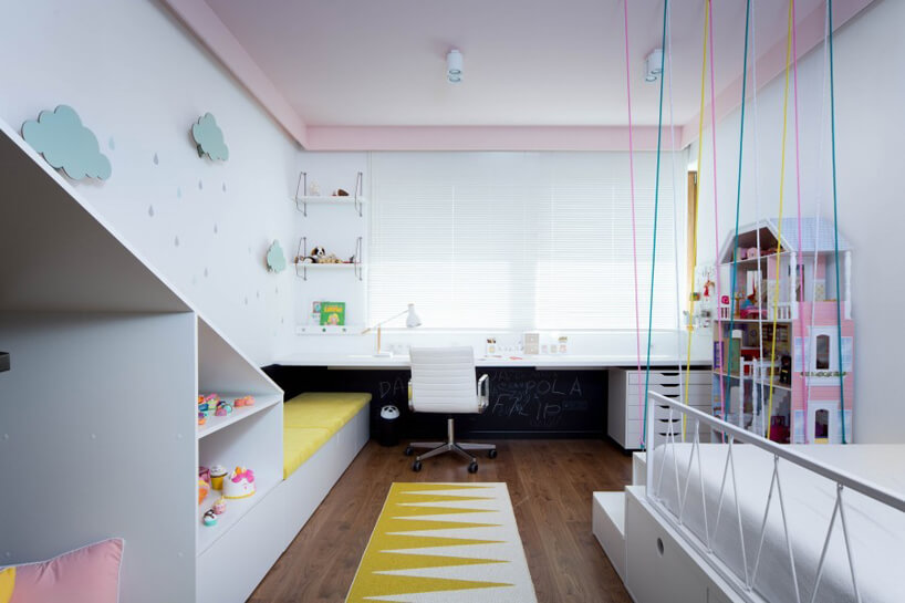 biały pokój dla dziewczynki zbiałym łóżkiem różowym sufitem idużym domkiem dla lalek
