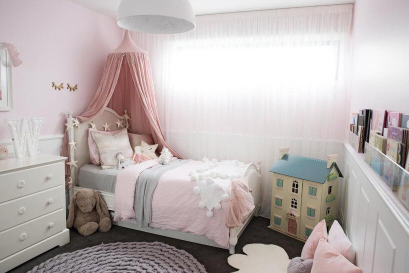 mały pokój dziecięcy dla dziewczynki zróżowym baldachimem