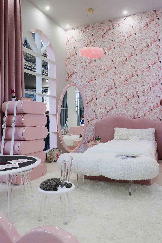 różowy elegancki pokój dziecięcy dla dziewczynki zbiałym łóżkiem