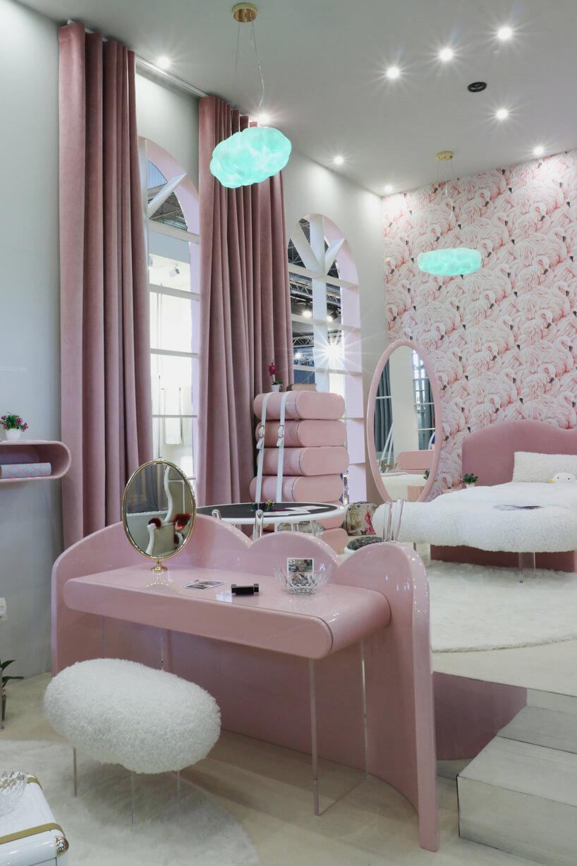różowy elegancki pokój dziecięcy dla dziewczynki zbiałym łóżkiem iróżowym biurkiem