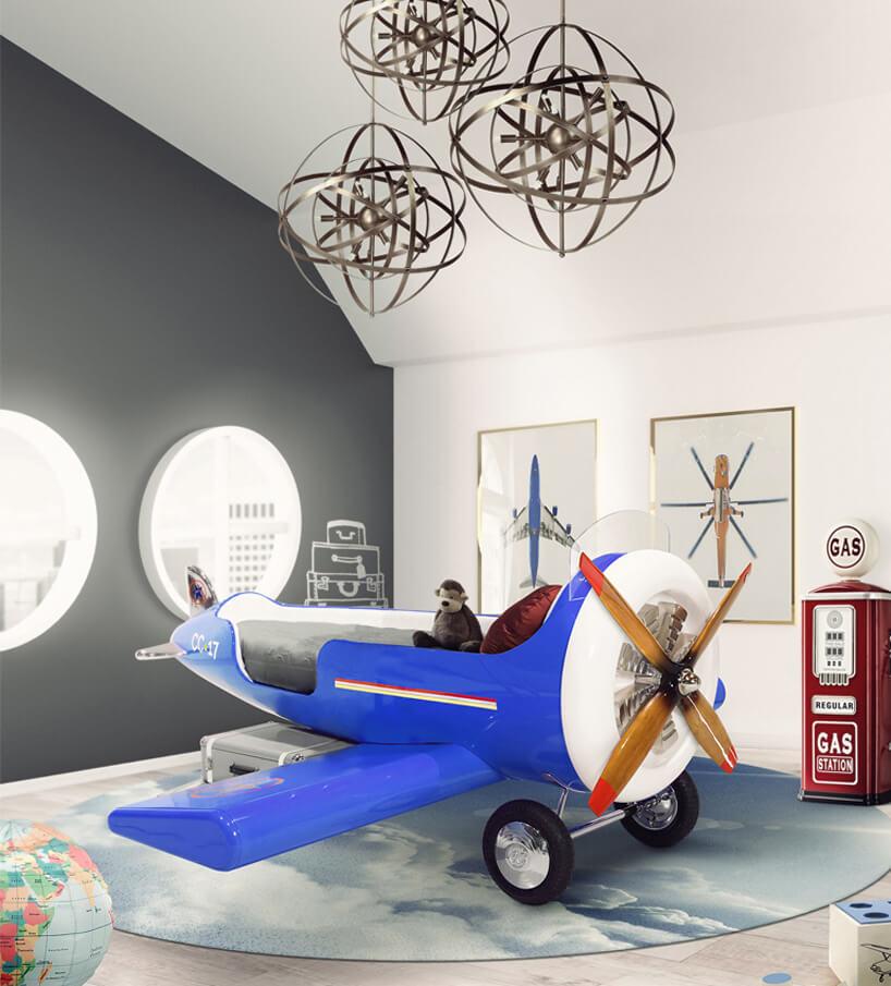biało-szarym pokój dziecięcy zdużym niebieskim samolotem jako łóżkiem