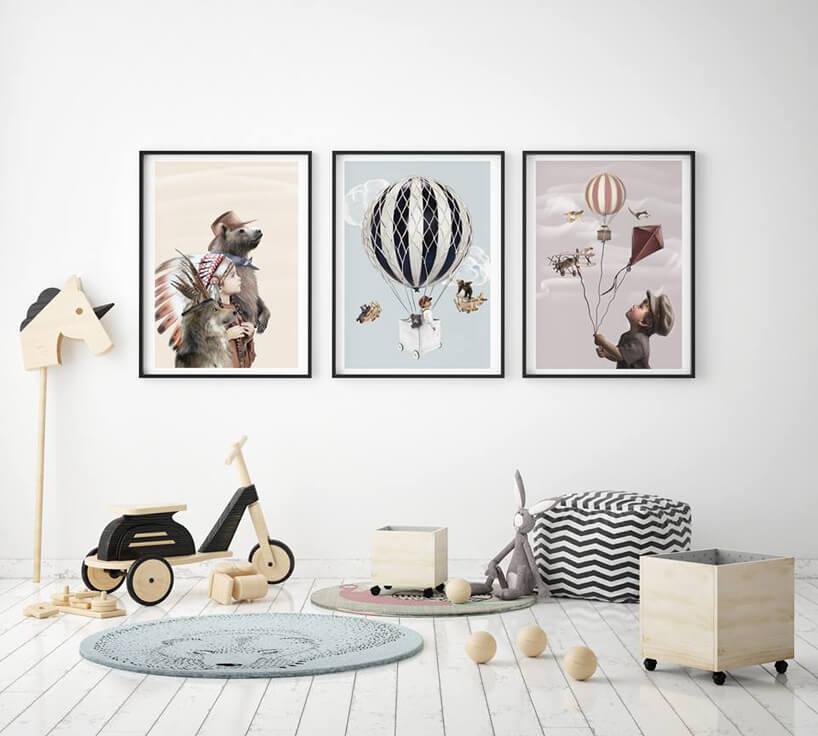 drewniany rowerek obok pluszowego królika idrewnianych pojemników na kółkach pod trzema dużymi obrazkami