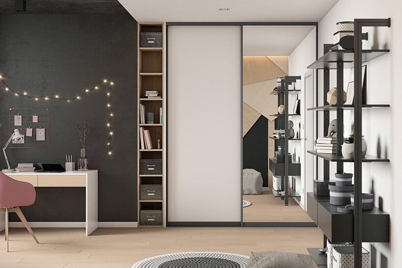 wnętrze młodzieżowego pokoju zścianą tablicową oraz jasną podłogą