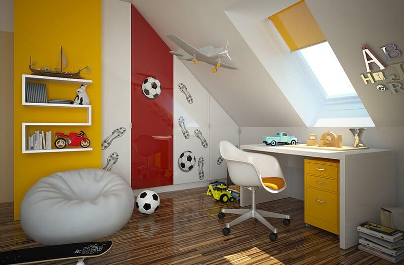 czerwono żółte wnętrze pokoju dla dziecka zbiałym workiem oraz krzesłem