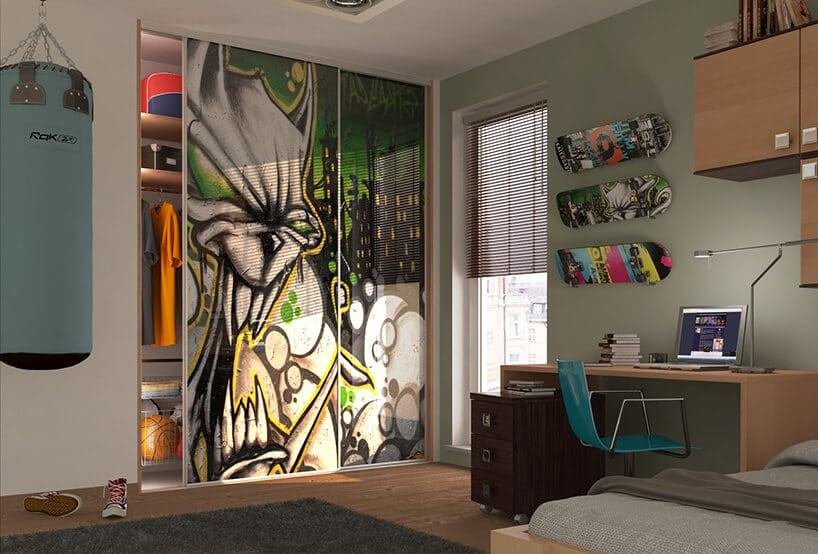 pokój dla nastolatka zworkiem treningowym, szafą zgrafiti oraz deskami na ścianie