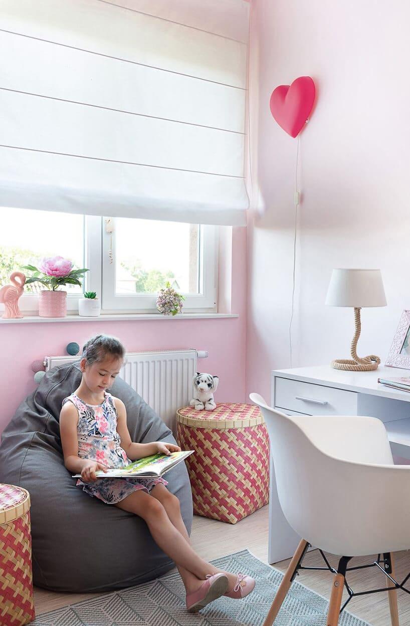 pudrowo różowe wnętrze pokoju dla dziecka ucznia zładnym lekko niebieskim biureczkiem