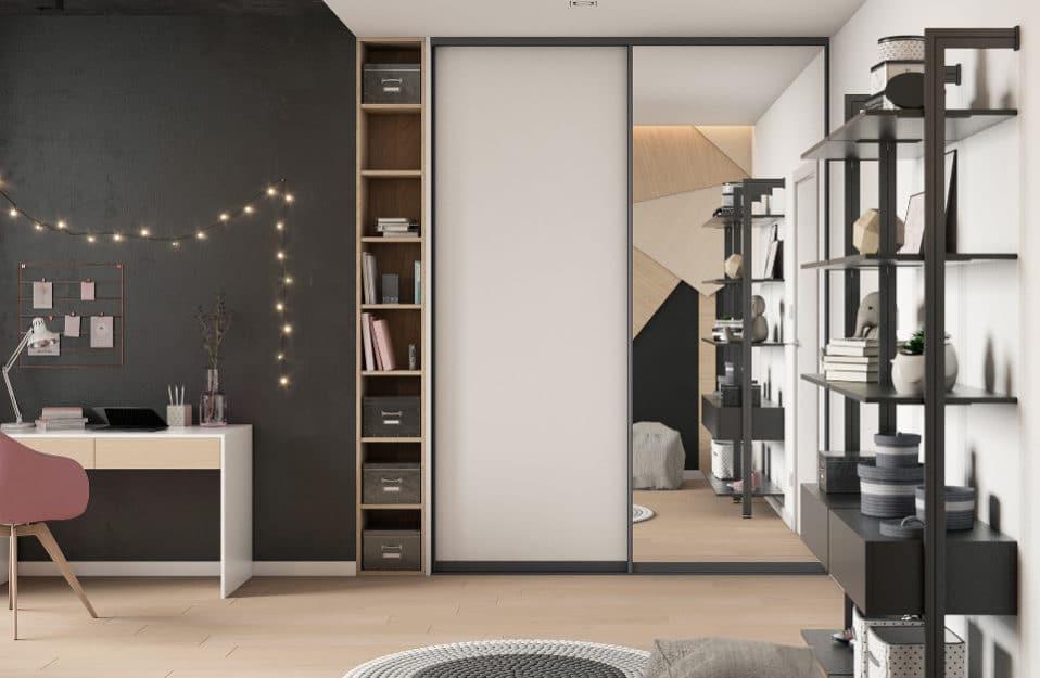 wnętrze młodzieżowego pokoju z ścianą tablicową oraz jasną podłogą