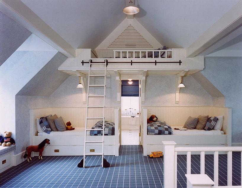biały pokój dziecięcy na poddaszu