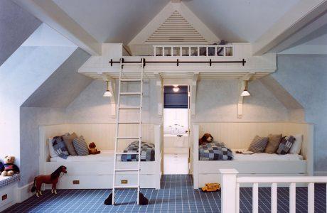 pokój dziecięcy z dwoma łóżkami na dole i trzecim pod sufitem