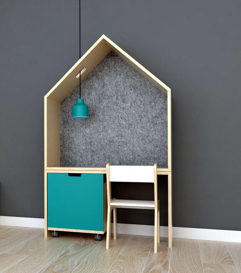 biurko wkrztałcie domu na zielonym tle