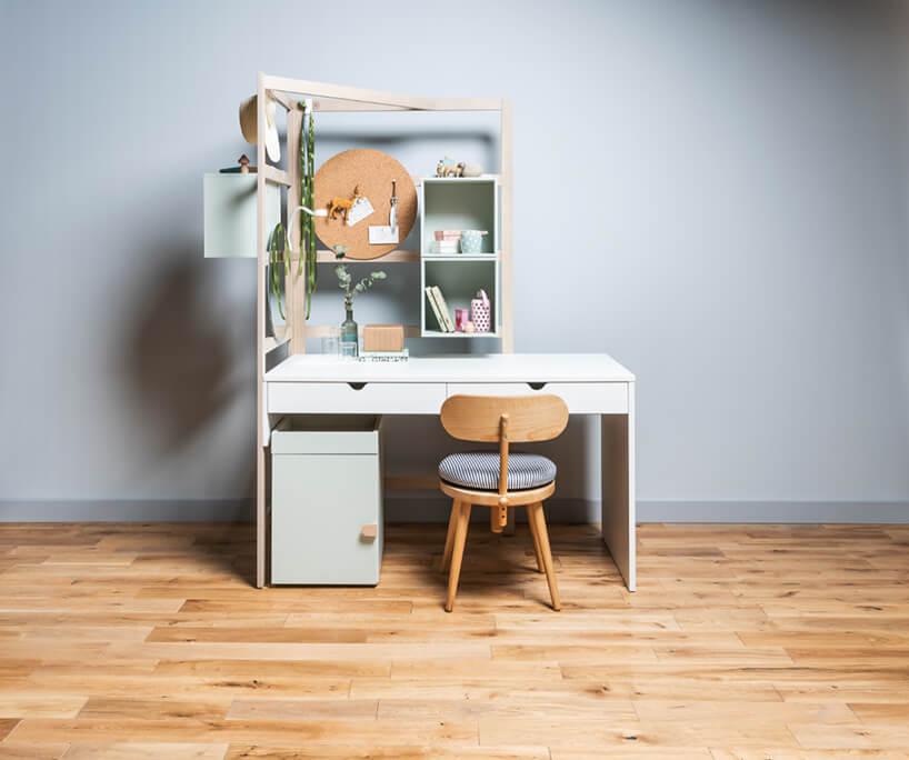 elegancki zestaw mebli dla ucznia od VOX ze ścianką obok iza biurkiem oraz szfką