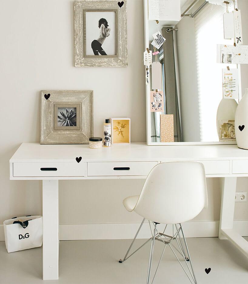 nowoczesne białe biurko dla ucznia zczarnymi wykończeniami od Woood
