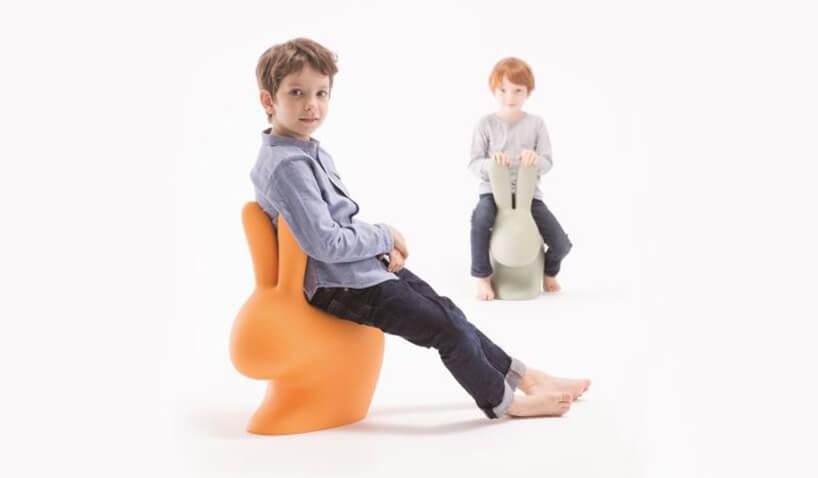 dwaj chłopcy siedzący na plastikowych