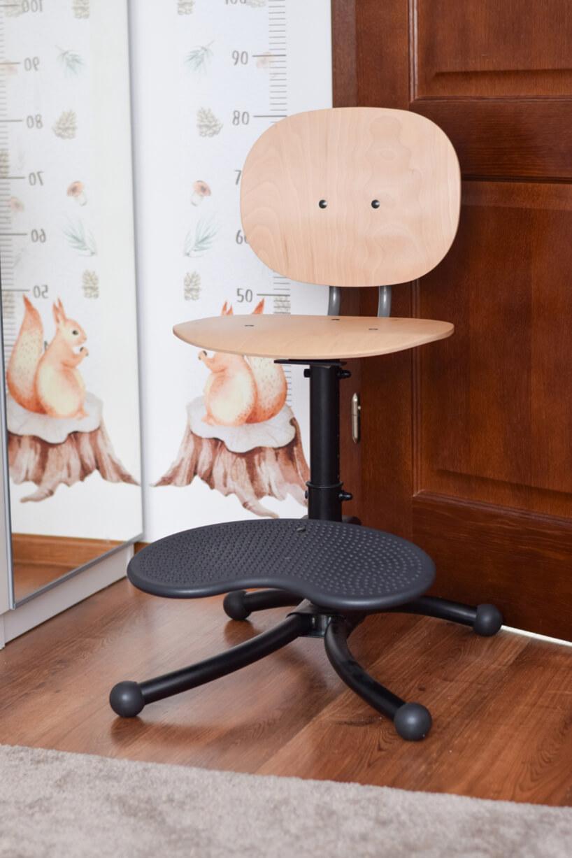krzesłowy biurowe dla ucznia zdrewnianym siedziskiem ioparcie oraz podparciem na stopy