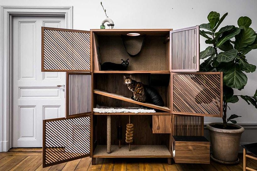 otwierana szafa zdrapakami dla kotów na różnych poziomach półek