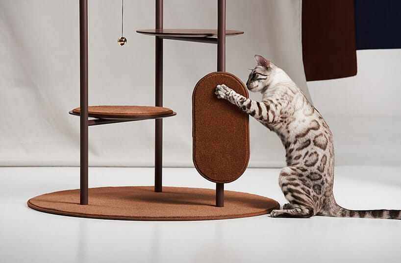 trzy pionowe rurki połączone półkami zdrapakiem dla kota