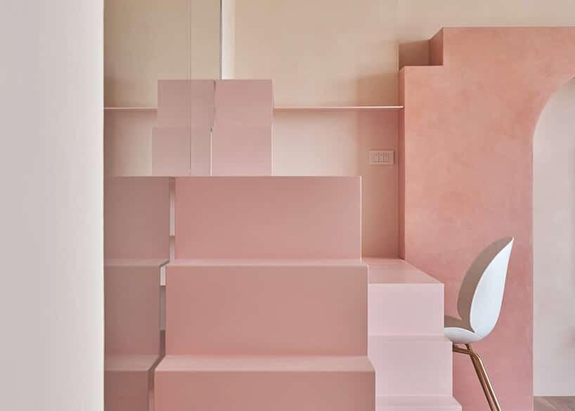 różowe prostokątne schody przy biurku zbiałym krzesłem