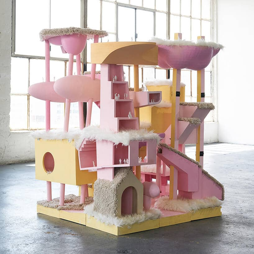 różowy plac zabaw dla kotów
