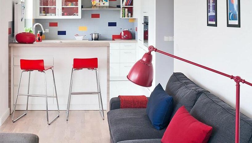 wysokie krzesła przy blacie kuchnia-salon