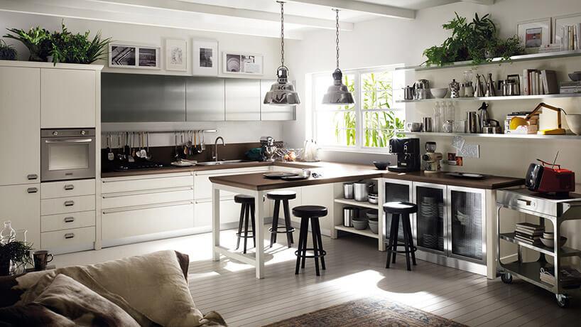 biało-drewniane połączenie kuchni zsalonem