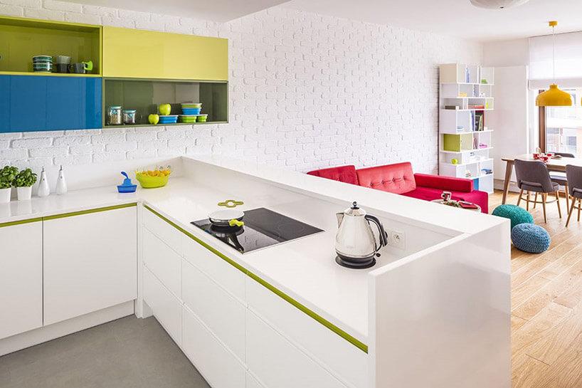 biała kuchnia połączona zbiałym salonem