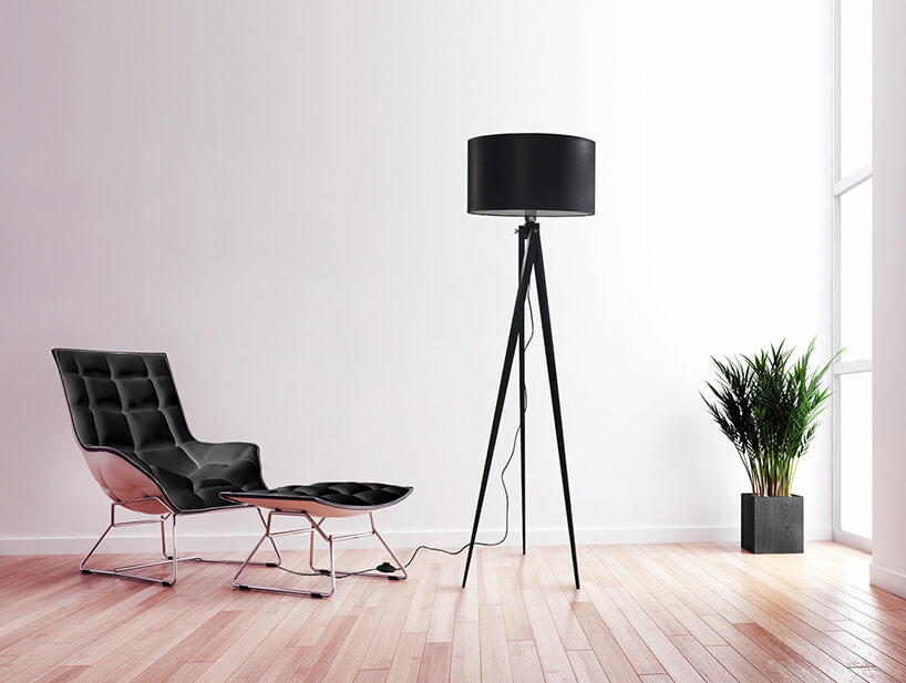 czarna lampa obok czarnego fotela