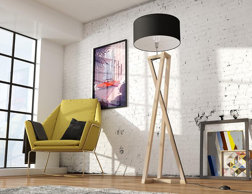 duża drewniana lampa obok żółtego fotela