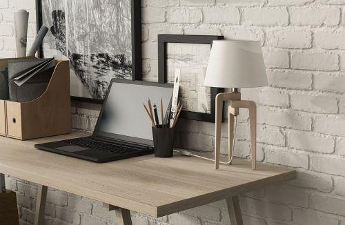 drewniana lampka stojąca na biurku