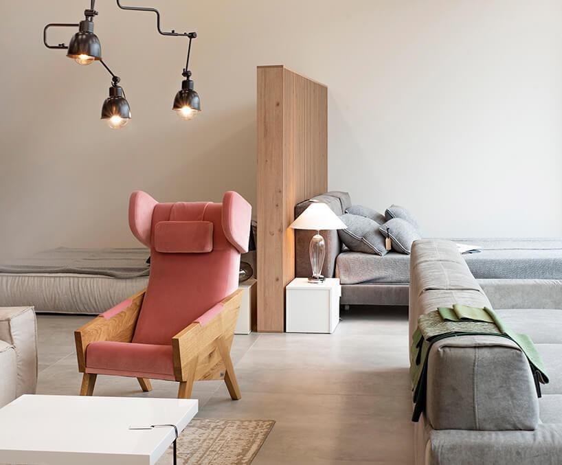 aranżacja showroomu Rosanero zróżowym fotelem iszarą sofą