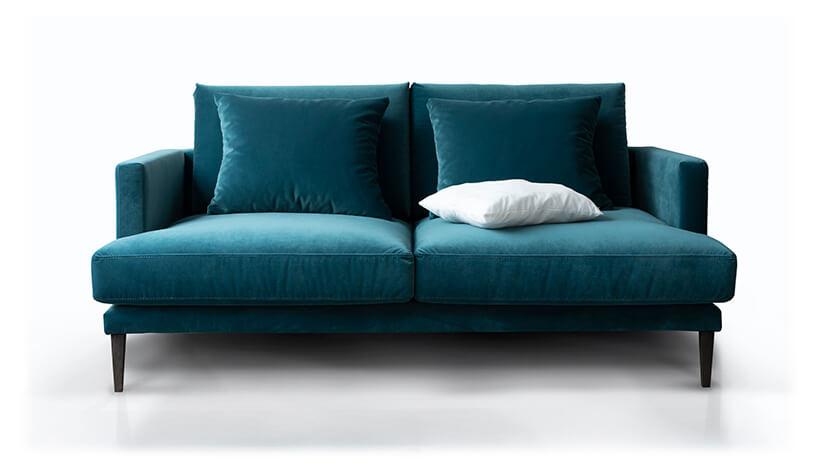 niebieska sofa Rosanero zdwoma poduszkami