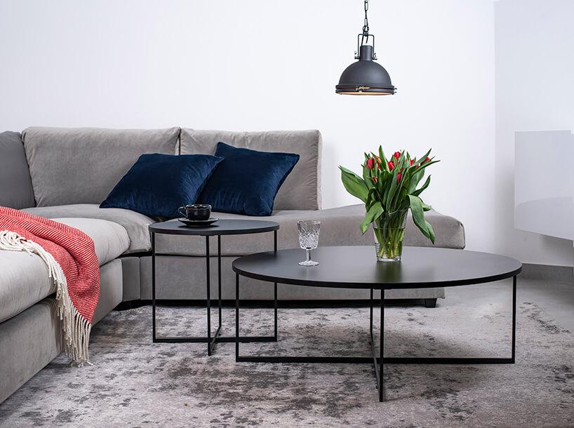 szafa sofa narożna Rosanero przy duzym czarnym okrągłym stoliku