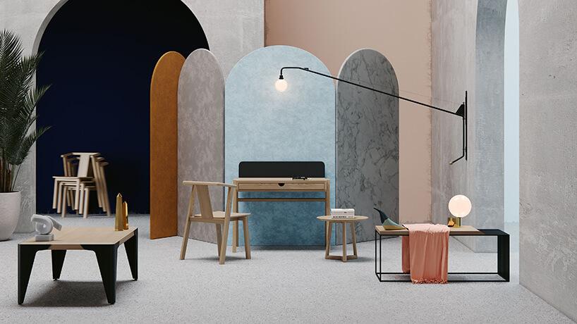 wyjątkowe małe drewniane biurko zdrewnianym krzesłem na tle wyjątkowego parawanu zkamiennym motywem