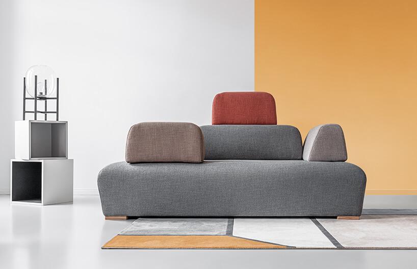 szara sofa od Miuform zdużymi kolorowymi poduchami