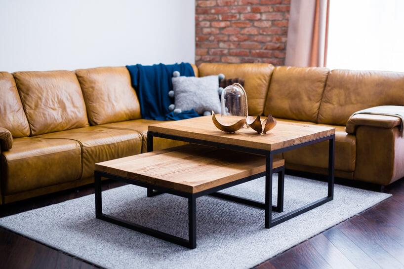 eleganckie drewniano metalowe kwadratowe stoliki od BRUNI na tle skórzanej brązowej sofy narożnej