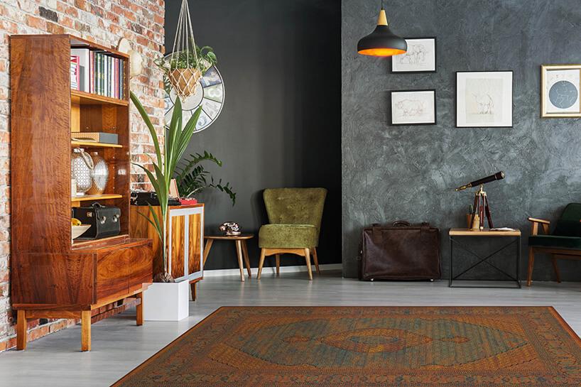 ciemny wełniany dywan na szarej podłodze