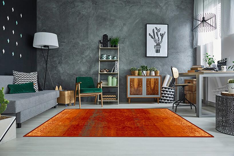 czerwono-pomarańczowy wełniany dywan wszarym wnętrzu