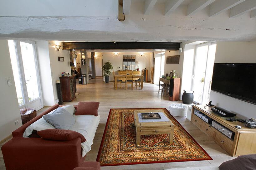 salon zcentralnie umieszczonym dywanem wełnianym