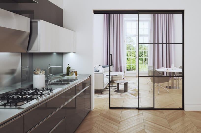 kuchnia zpołyskującymi brązowymi frontami oraz białymi wiszącymi szafkami przy przesuwnych drzwiach ze szkła imetalowej ramki