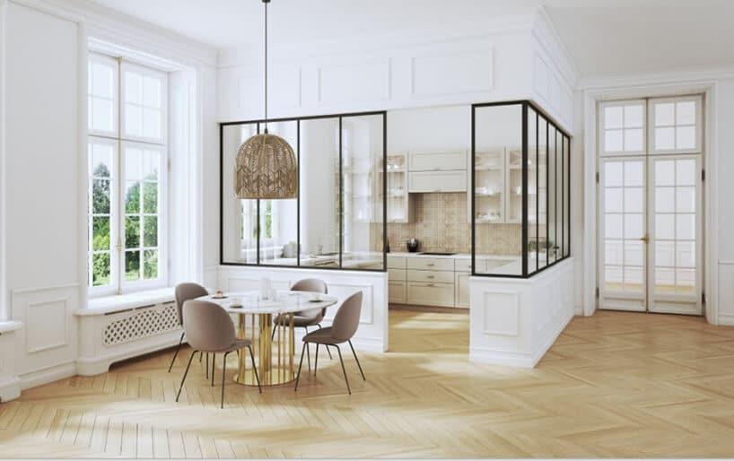 białe wnętrze zjasniutką podłogą drewnianą oraz wydzieloną strefą szklano-metalowymi konstrukcjami