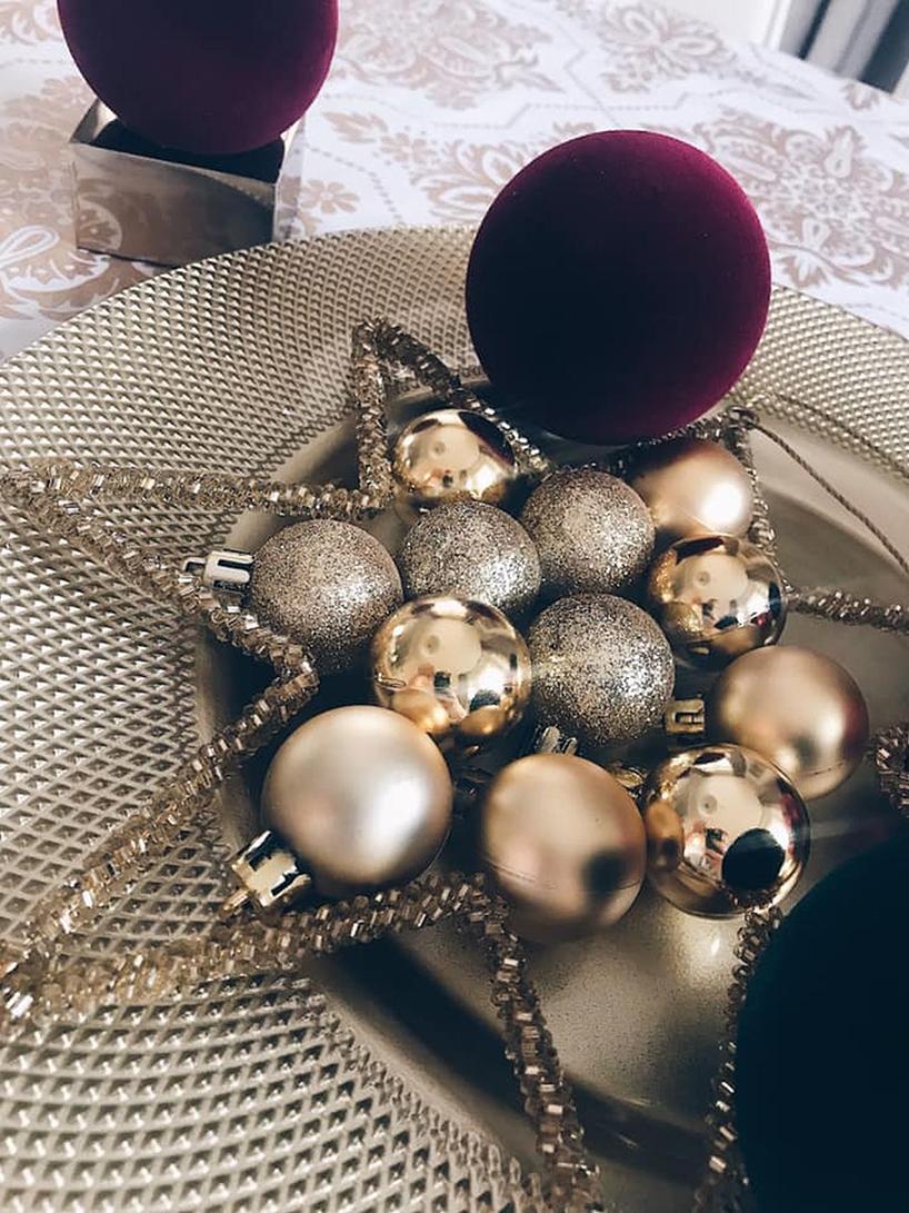 bombki na talerzu świątecznym