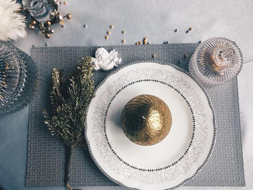 złota bombka na białym talerzu