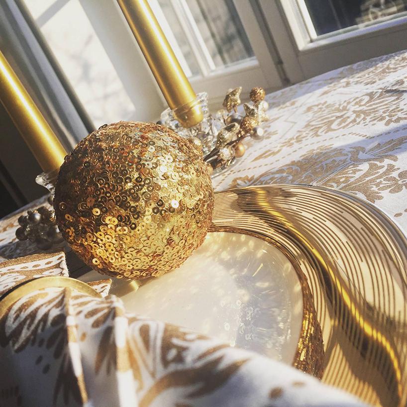 złota bombka na obrusie