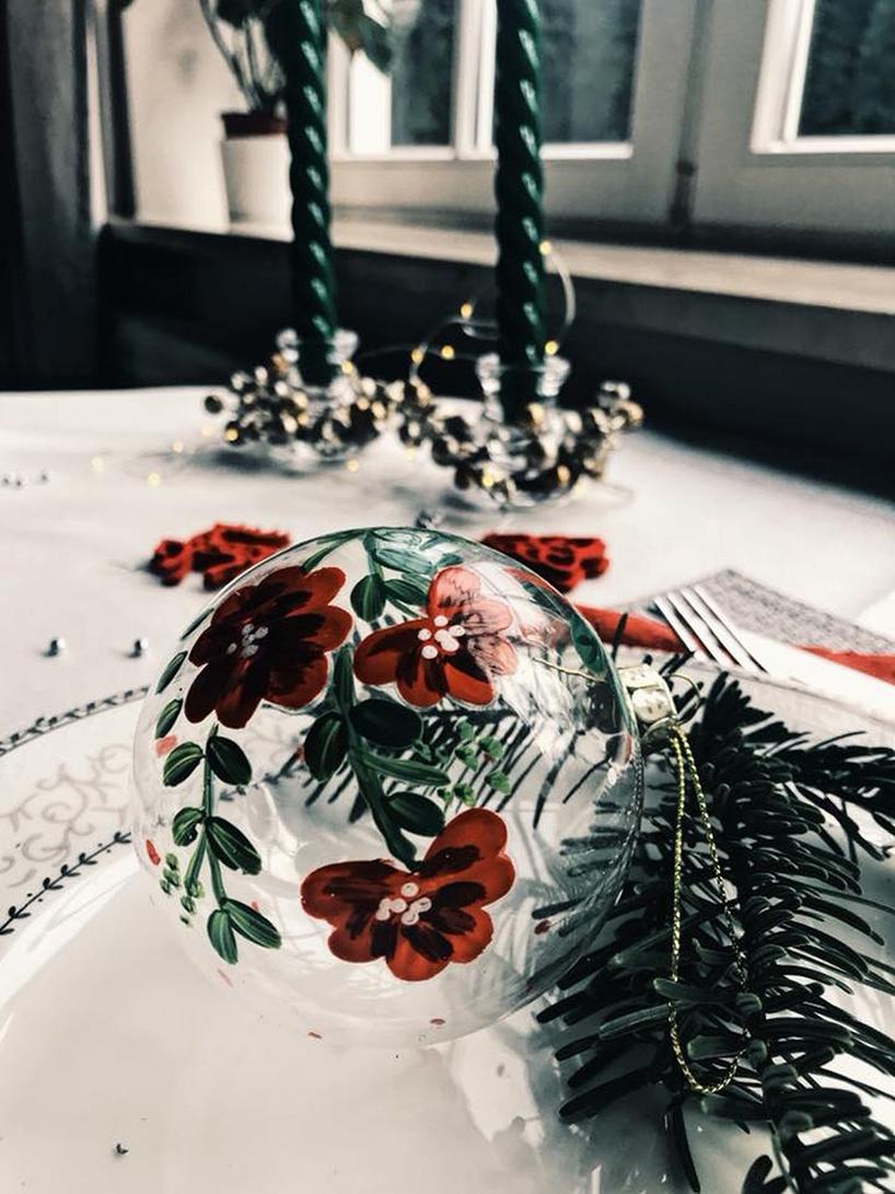 bombka wczerwone kwiaty na świątecznym stole