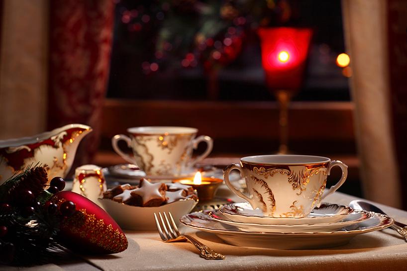filiżanki na stole Rococo Purpura, Ćmielów