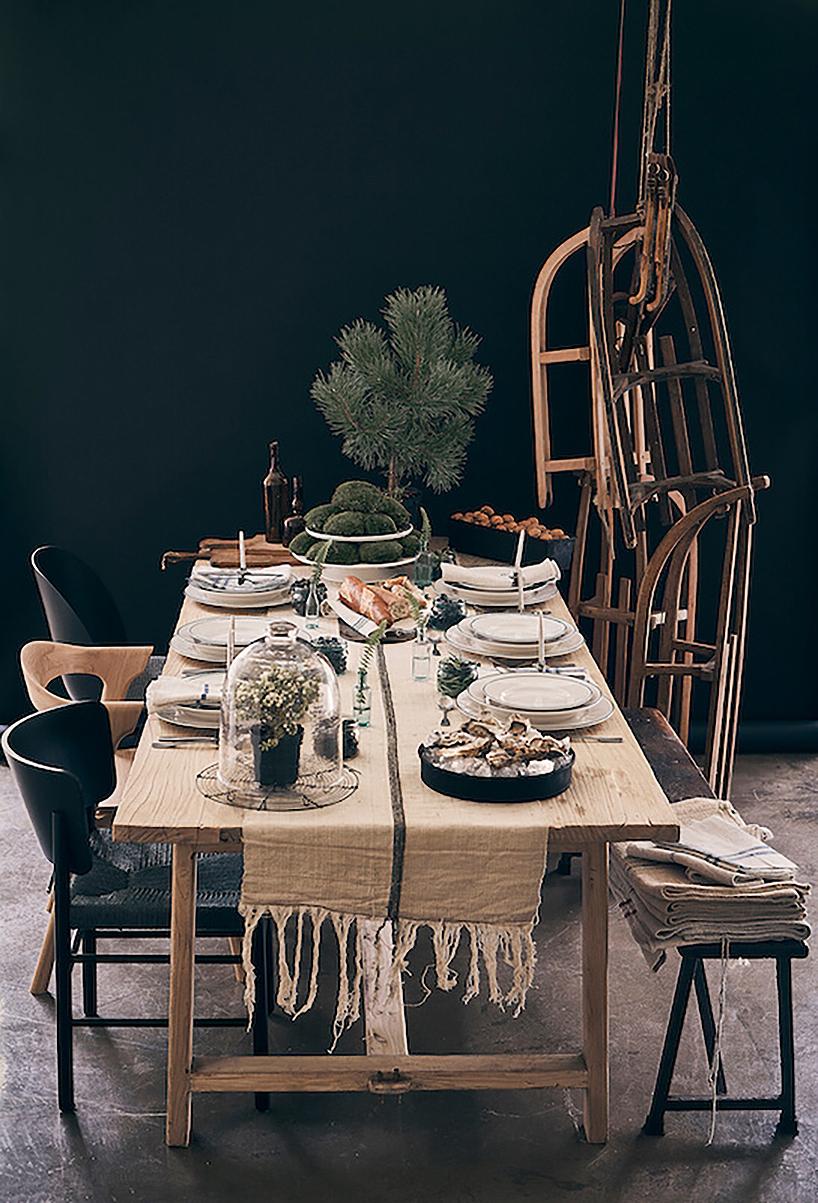 drewniany stół zsankami wtle NAP