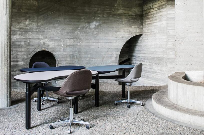 trzy nowoczesne biurka Senses od Bulo na tle betonowej ściany
