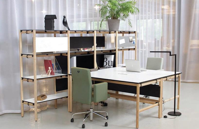 drewniany regał marki Bulo przy dwóch biurkach zbiałym blatem